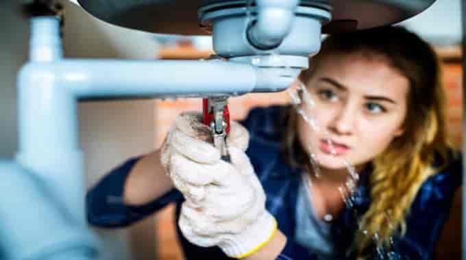 Residential plumber repair burst pipe in Glenadrienne